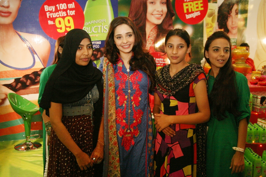 Garnier Spokesperson Juggun Kazim ladies at the event(2)