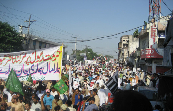 Hundreds-of-Pakistanis-protest-against-an-anti-ISLAM-film-in-Sialkot-on-Friday-21-Sep-2012-1-584x378