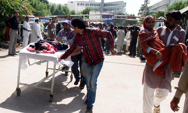 Px28-007 KARACHI: Oct28 – Rescue workers shifting the women workers who went unconscious after leakage of poisonous gas in a factory in Export Processing Zone in Landhi Area. ONLINE PHOTO by Naeem-ud-Din