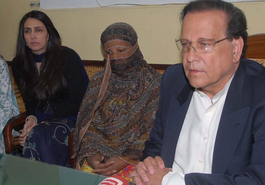 Asia Bibi (C), a Christian mother listens to Pakistani Punjab province governor Salman Taseer (R) after giving her appeal papers against a death sentence at the prison in Sheikhupura on November 20, 2010. A top Pakistan government official backed a Christian mother's appeal against a death sentence for blasphemy, saying he hoped President Asif Ali Zardari would pardon her. Asia Bibi was sentenced to hang in Pakistan's central province of Punjab earlier this month after being accused of insulting the Prophet Mohammed in 2009. AFP PHOTO/HO/Director General Public Relation (DGPR) -----RESTRICTED TO EDITORIAL USE---GETTY OUT